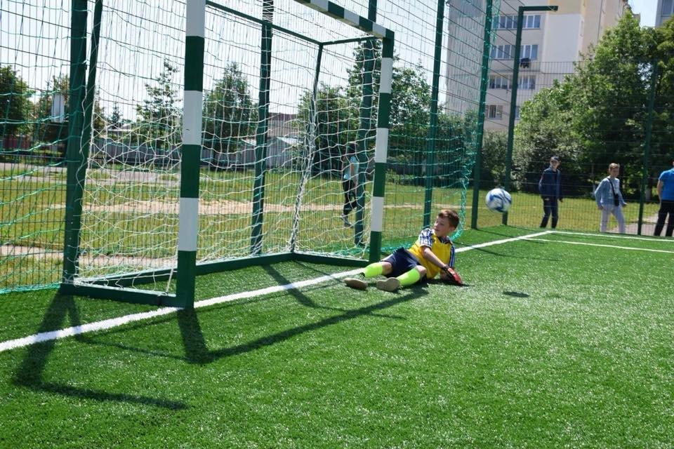 До штучного покриття - м'ячі з автографами футболістів. Спортивний майданчик відкрили у Франківську. ФОТО, фото-12
