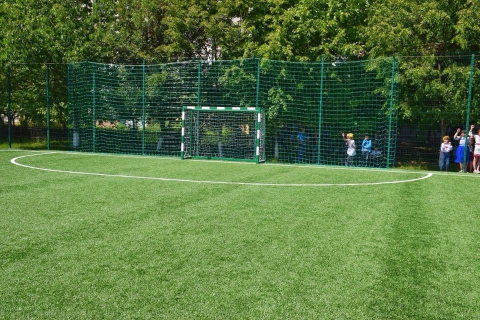 До штучного покриття - м'ячі з автографами футболістів. Спортивний майданчик відкрили у Франківську. ФОТО, фото-13