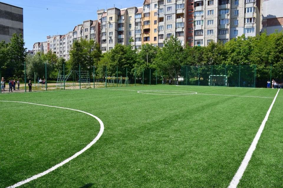 До штучного покриття - м'ячі з автографами футболістів. Спортивний майданчик відкрили у Франківську. ФОТО, фото-15