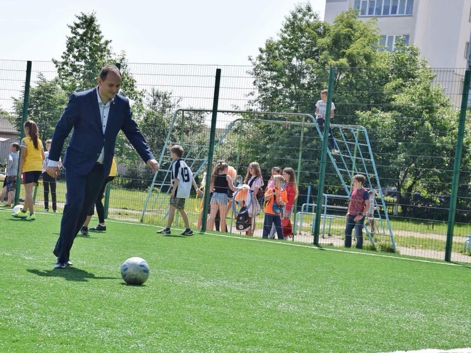 До штучного покриття - м'ячі з автографами футболістів. Спортивний майданчик відкрили у Франківську. ФОТО, фото-16