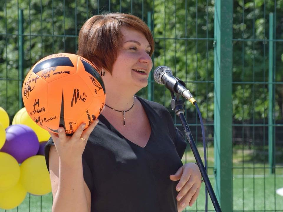 До штучного покриття - м'ячі з автографами футболістів. Спортивний майданчик відкрили у Франківську. ФОТО, фото-7