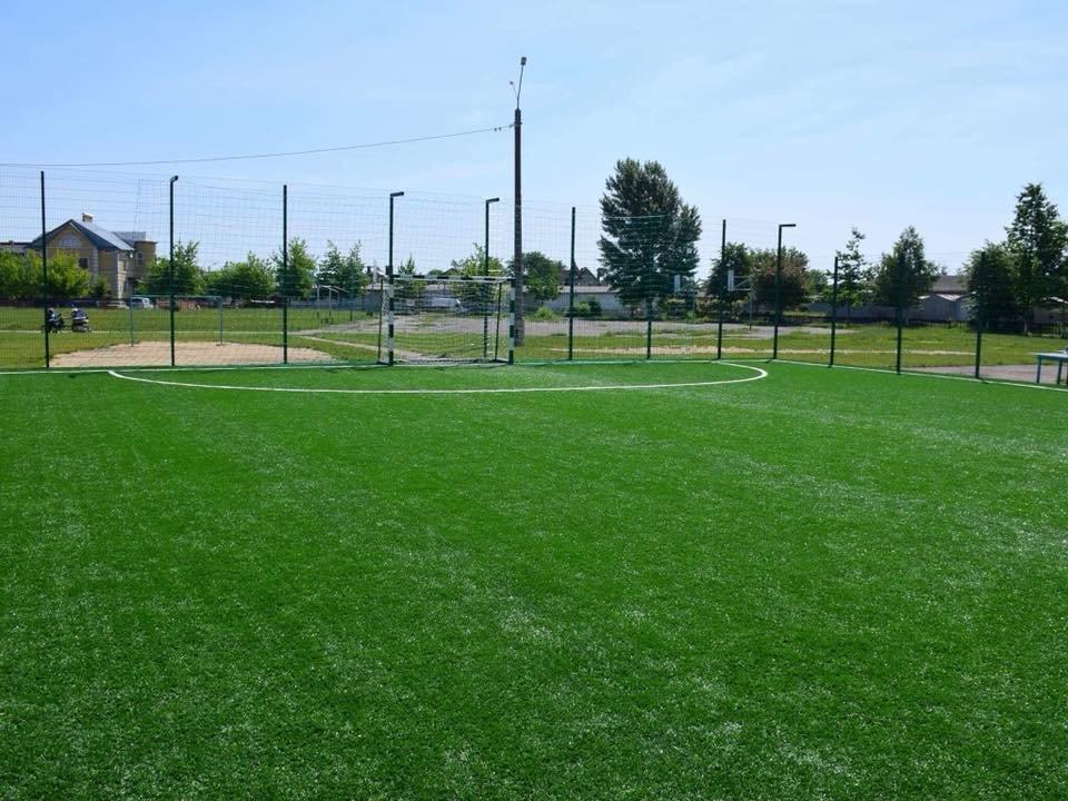 До штучного покриття - м'ячі з автографами футболістів. Спортивний майданчик відкрили у Франківську. ФОТО, фото-9