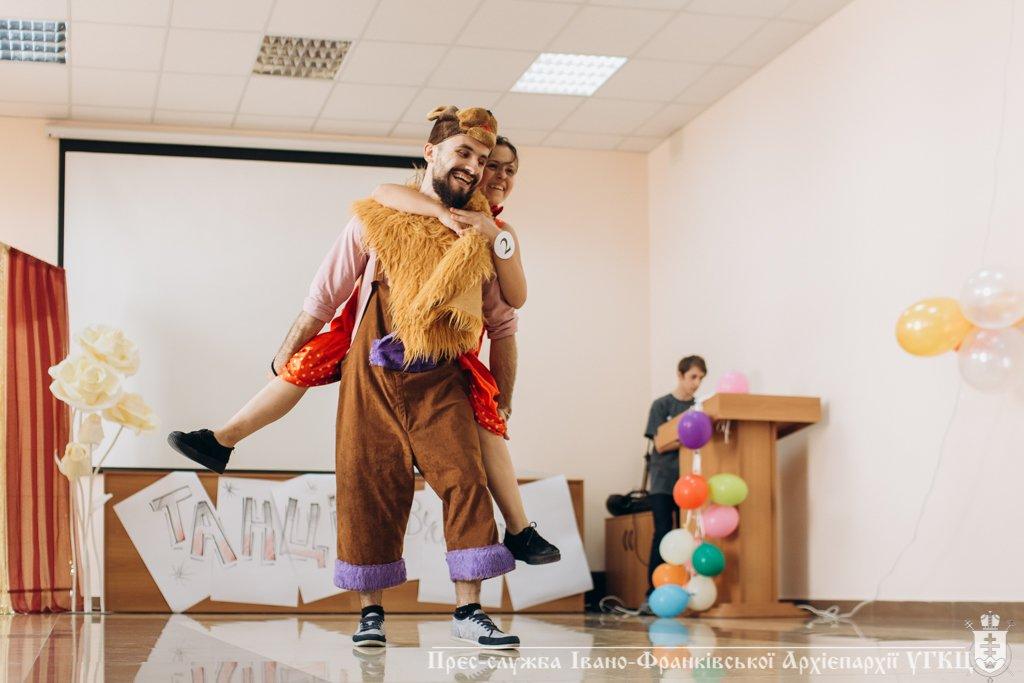 Сміливе танцювальне шоу влаштували у франківській католицькій школі. ФОТО, фото-3