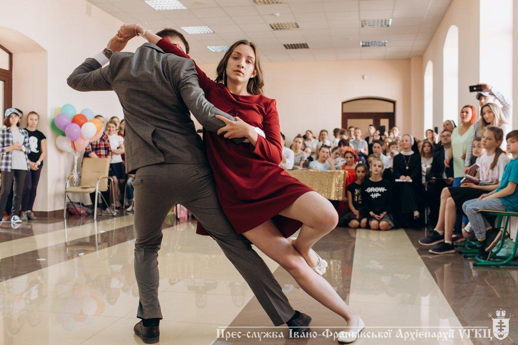 Сміливе танцювальне шоу влаштували у франківській католицькій школі. ФОТО, фото-7