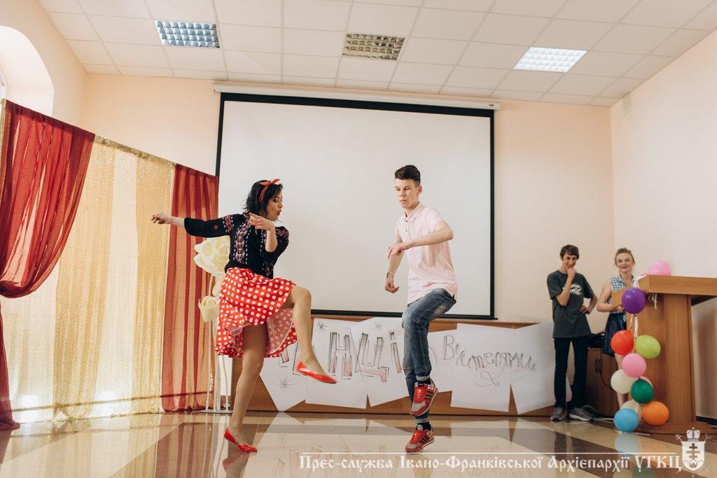 Сміливе танцювальне шоу влаштували у франківській католицькій школі. ФОТО, фото-8