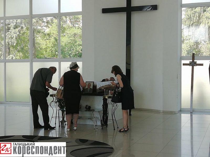 Осиротіли мати і діти. У Франківську прощаються із воїном АТО. ФОТО, фото-4