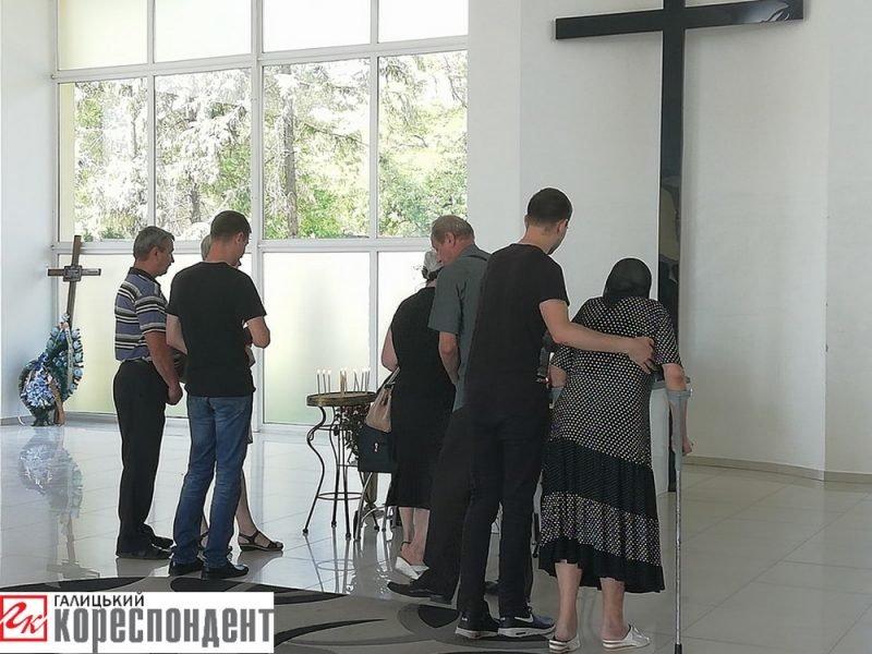 Осиротіли мати і діти. У Франківську прощаються із воїном АТО. ФОТО, фото-6