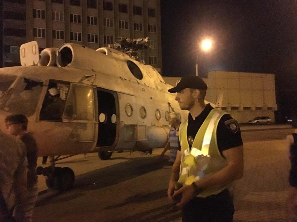 """Свято прилетіло. Уночі біля франківського драмтеатру """"приземлився"""" гелікоптер. ФОТО, фото-2"""