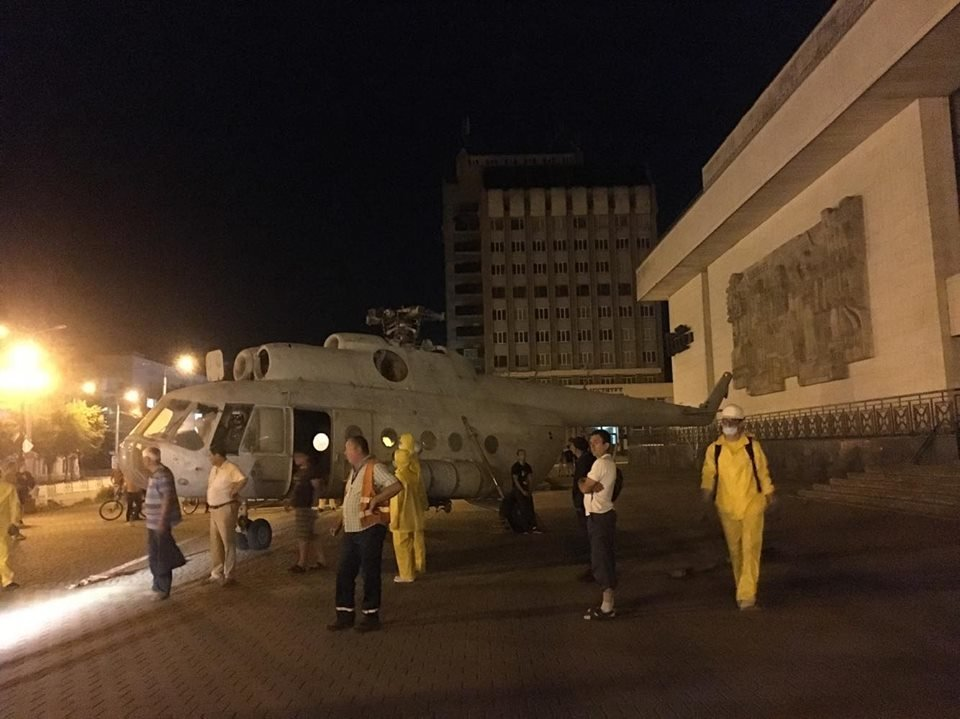 """Свято прилетіло. Уночі біля франківського драмтеатру """"приземлився"""" гелікоптер. ФОТО, фото-4"""