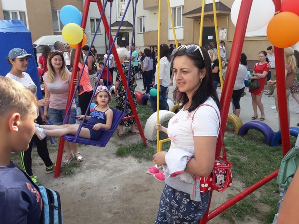 В селі Микитинці в одному з дворів відкрито дитячий майданчик, фото-6