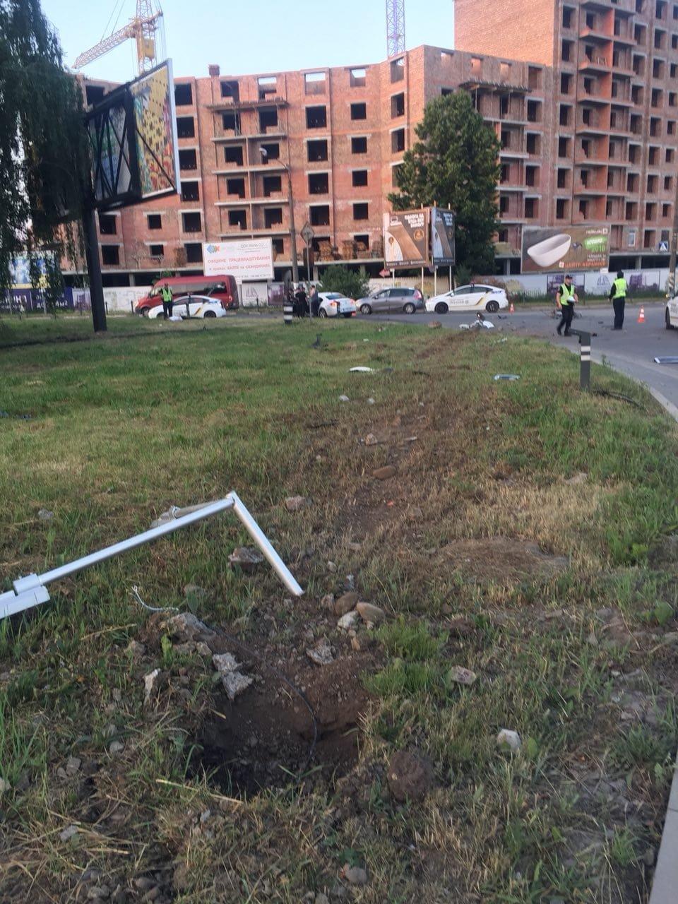 На Мазепи п'яний водій вилетів на кільце і зніс дві опори, фото-3