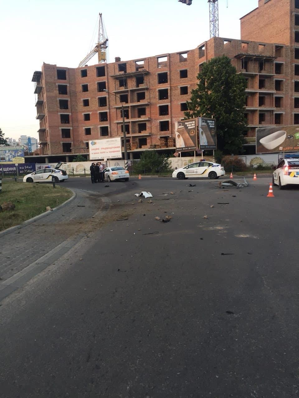 На Мазепи п'яний водій вилетів на кільце і зніс дві опори, фото-2