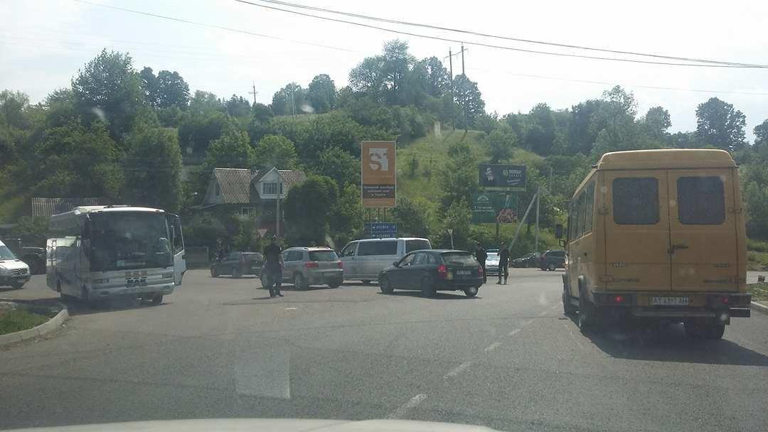 """""""Вимагаємо тільки одного, щоб почали робити дорогу"""": люди продовжують блокування траси на Прикарпатті. ФОТО, фото-1"""