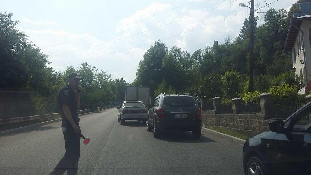 """""""Вимагаємо тільки одного, щоб почали робити дорогу"""": люди продовжують блокування траси на Прикарпатті. ФОТО, фото-2"""