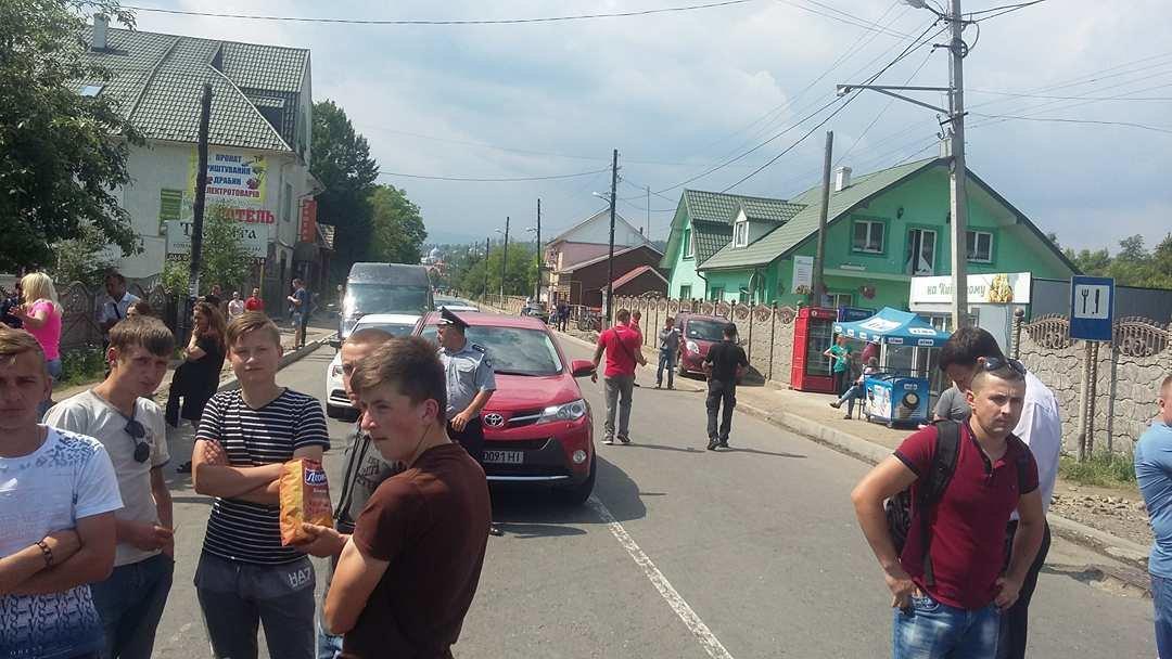 """""""Вимагаємо тільки одного, щоб почали робити дорогу"""": люди продовжують блокування траси на Прикарпатті. ФОТО, фото-6"""