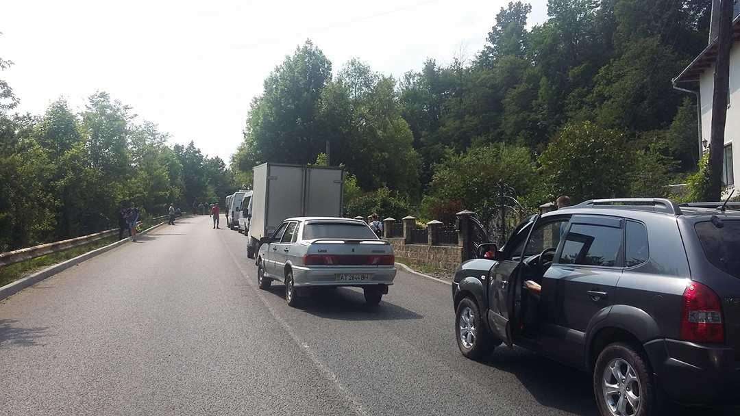 """""""Вимагаємо тільки одного, щоб почали робити дорогу"""": люди продовжують блокування траси на Прикарпатті. ФОТО, фото-5"""