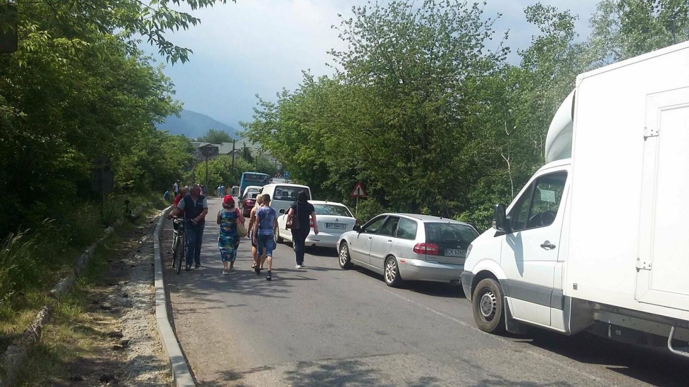 """""""Вимагаємо тільки одного, щоб почали робити дорогу"""": люди продовжують блокування траси на Прикарпатті. ФОТО, фото-9"""