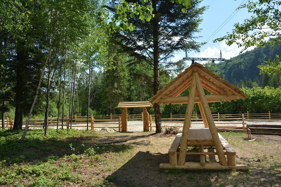 Дерев'яні шезлонги і дитячий майданчик - на березі гірської річки. ФОТО, фото-2