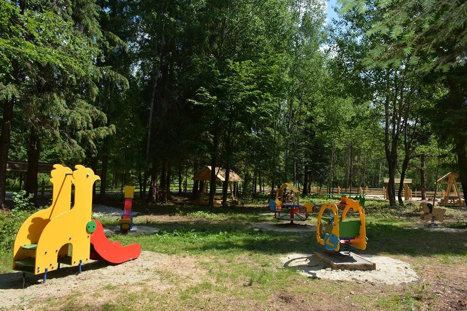 Дерев'яні шезлонги і дитячий майданчик - на березі гірської річки. ФОТО, фото-3