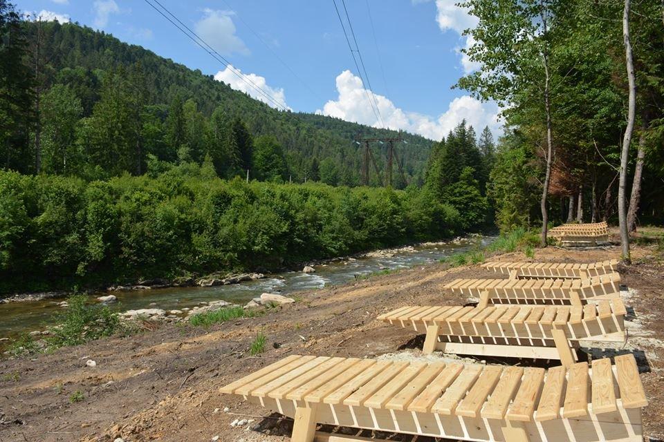Дерев'яні шезлонги і дитячий майданчик - на березі гірської річки. ФОТО, фото-5