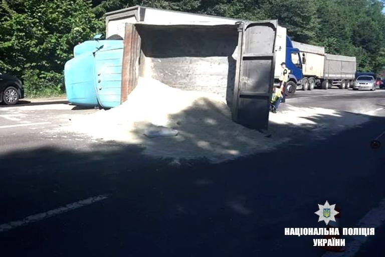 На Прикарпатті зіткнулися рейсовий автобус і вантажівка. Загинула молода жінка. ФОТО, фото-2