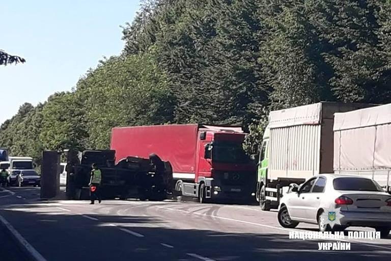 На Прикарпатті зіткнулися рейсовий автобус і вантажівка. Загинула молода жінка. ФОТО, фото-3