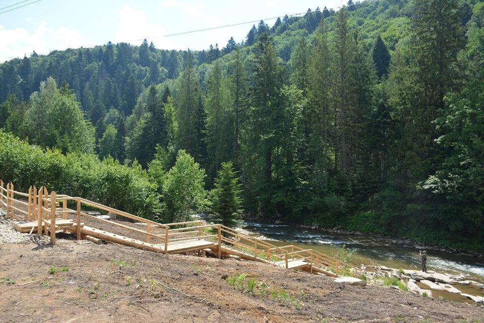 Дерев'яні шезлонги і дитячий майданчик - на березі гірської річки. ФОТО, фото-6