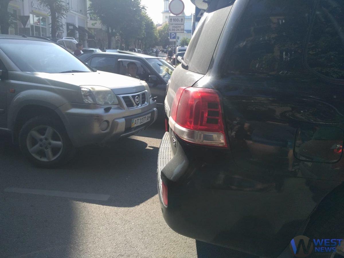 """Nissan"" наїхав на людину. ФОТО, фото-1"