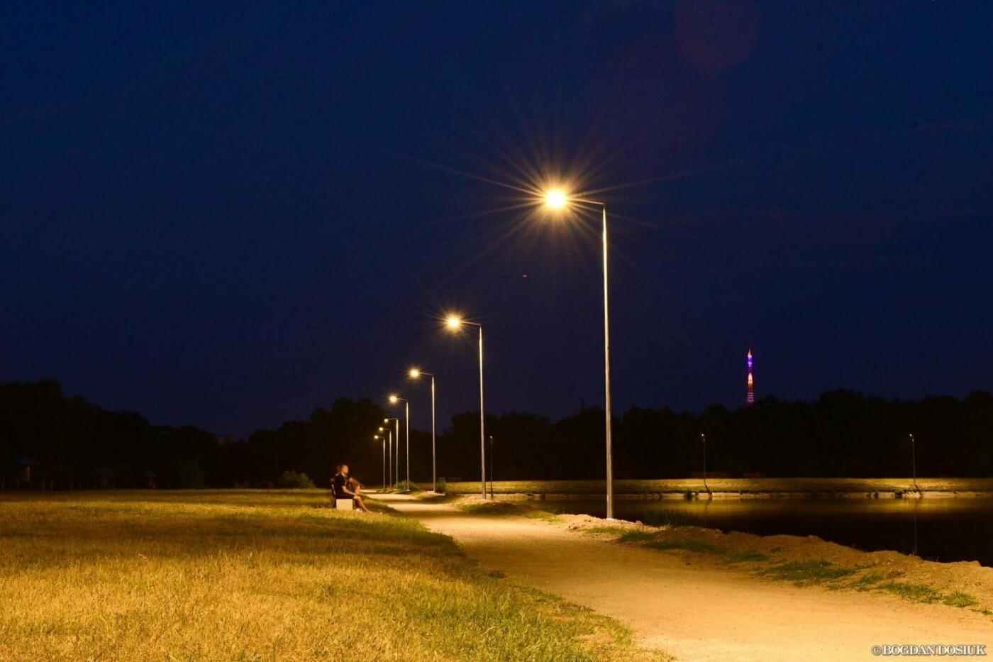 На Німецькому озері у Франківську вечорами – світліше. ФОТО, фото-1