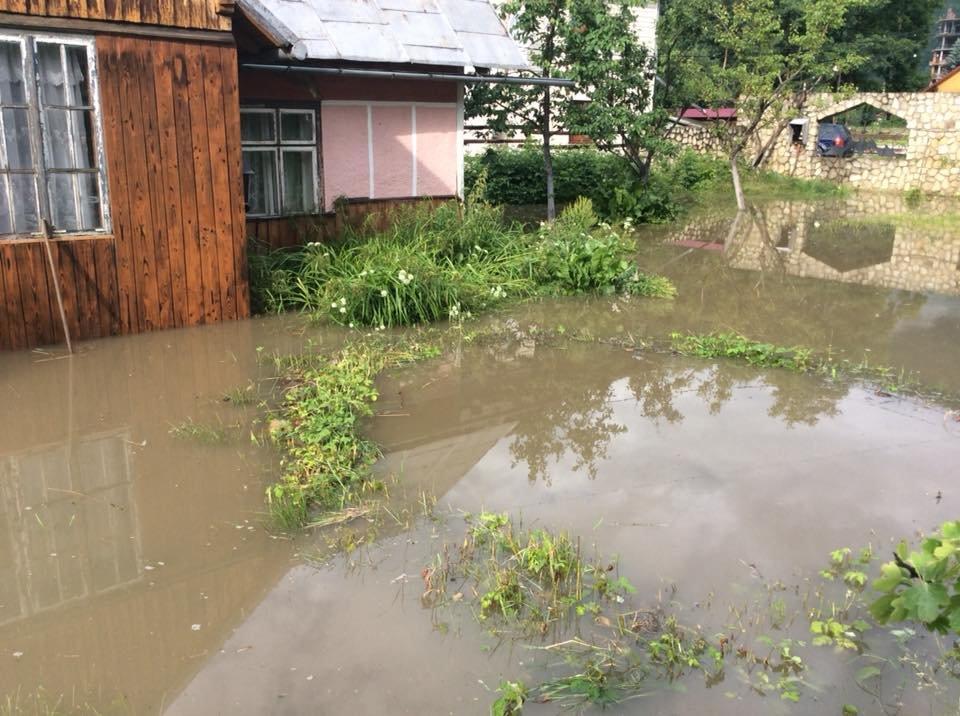 """Після зливи на Прикарпатті """"попливли"""" і людські обійстя. ФОТО, фото-1"""