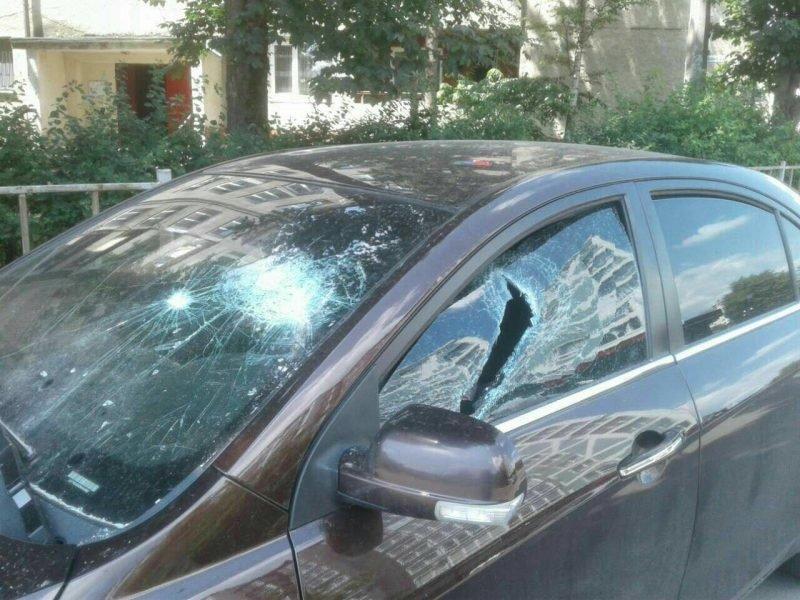 Франківець шукає людину, яка порозбивала вікна його машини на Пасічній. ФОТО, фото-3