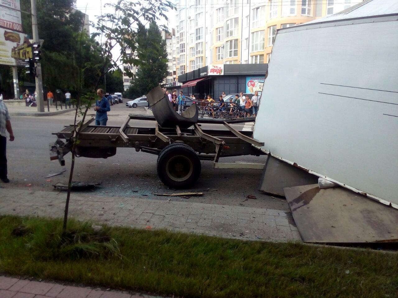 ДТП на Пасічній: у вантажівки відмовили гальма, 4 машини пошкоджено. ФОТО, фото-2
