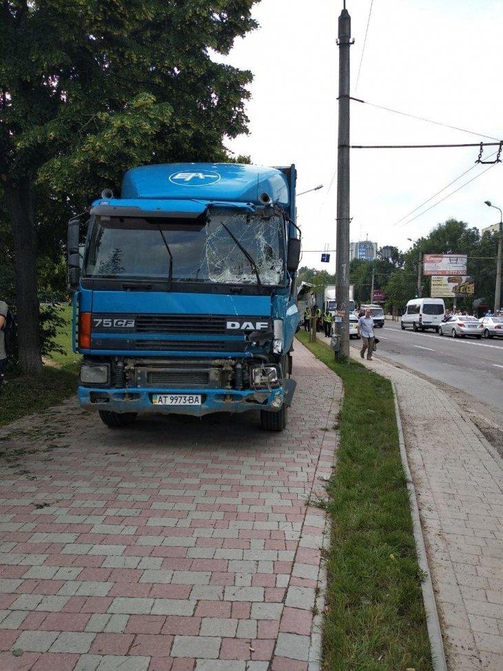 ДТП на Пасічній: у вантажівки відмовили гальма, 4 машини пошкоджено. ФОТО, фото-4