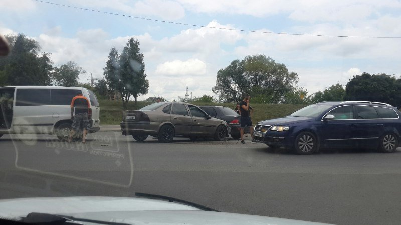 Набережна у Франківську для трьох авто виявилася... завузькою. ФОТО, фото-3