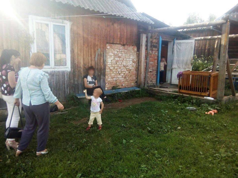 На Прикарпатті двох дітей забрали з жахливого будинку і від постійно п'яної матері. ФОТО, фото-3