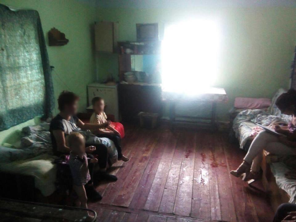 На Прикарпатті двох дітей забрали з жахливого будинку і від постійно п'яної матері. ФОТО, фото-1