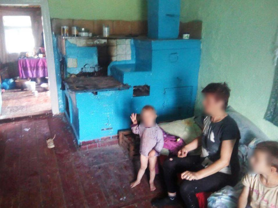 На Прикарпатті двох дітей забрали з жахливого будинку і від постійно п'яної матері. ФОТО, фото-4