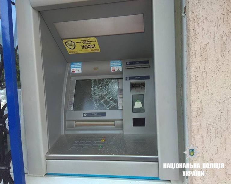 За відмову отримати кредит у банку прикарпатець порубав банкомат. ФОТО, фото-1