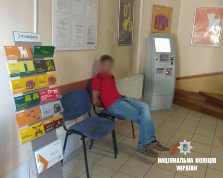 За відмову отримати кредит у банку прикарпатець порубав банкомат. ФОТО, фото-2