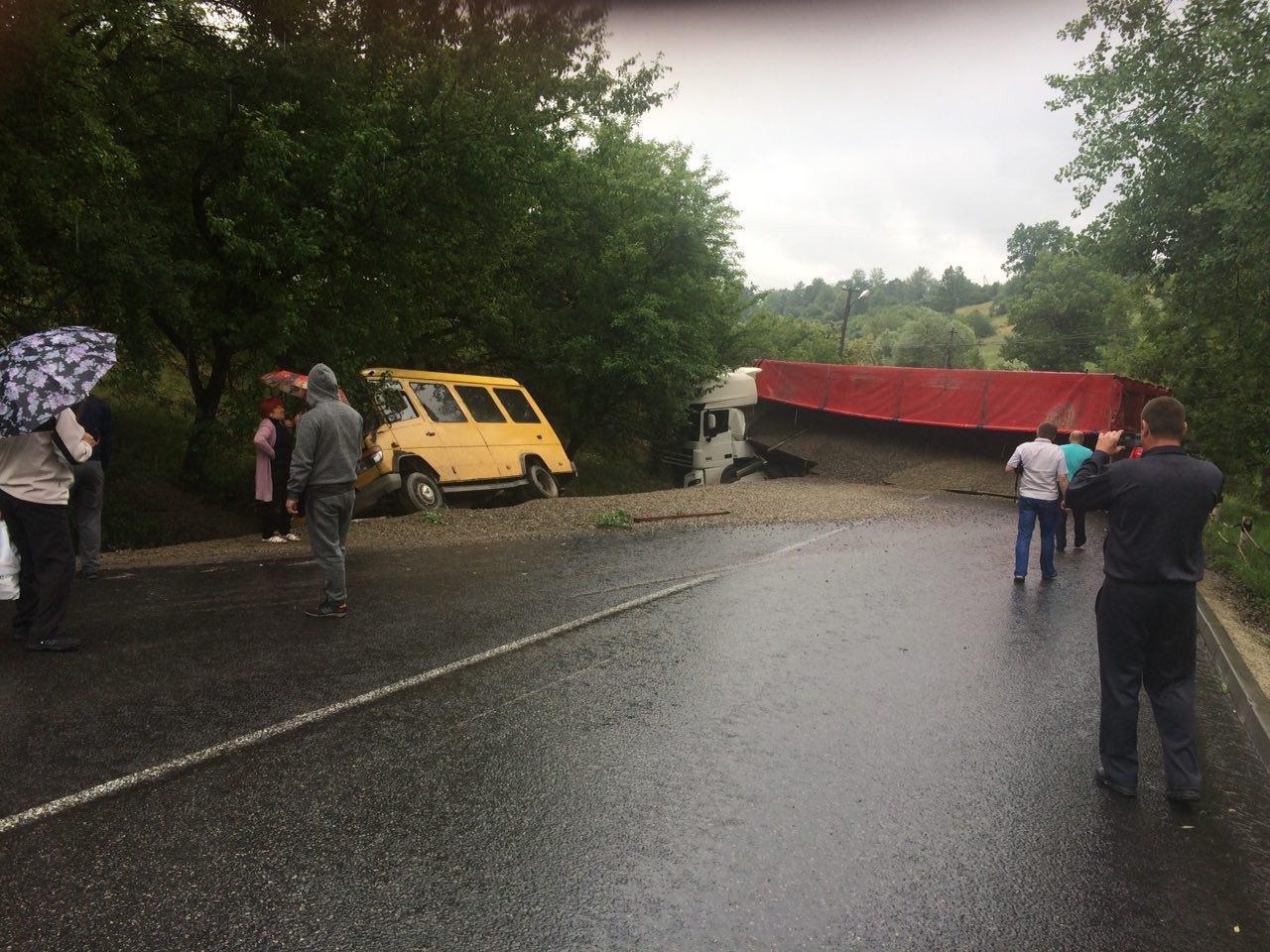 ДТП на Прикарпатті: фура зі щебенем і мікроавтобус. ФОТО, фото-4