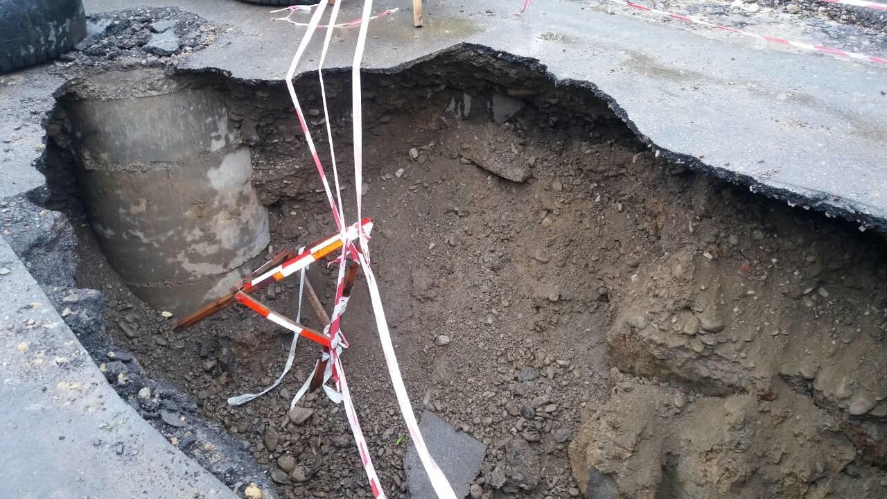 В Коломиї посеред дороги утворилася велика яма. ФОТО, фото-1