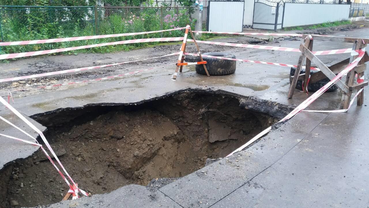 В Коломиї посеред дороги утворилася велика яма. ФОТО, фото-3
