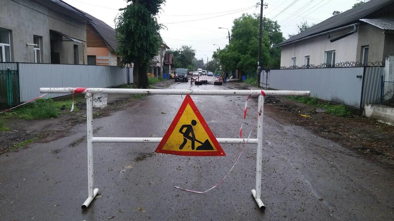 В Коломиї посеред дороги утворилася велика яма. ФОТО, фото-5