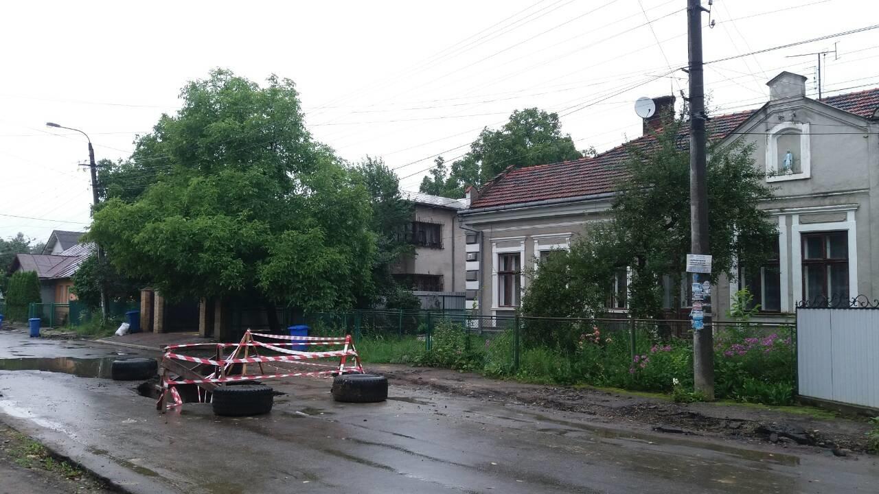 В Коломиї посеред дороги утворилася велика яма. ФОТО, фото-4
