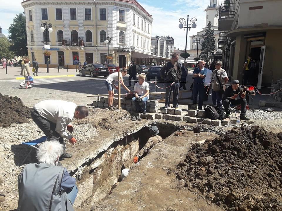 """""""Історична гаряча точка"""". У середмісті Франківська розкопують залишки Тисменицької брами. ФОТО, фото-7"""