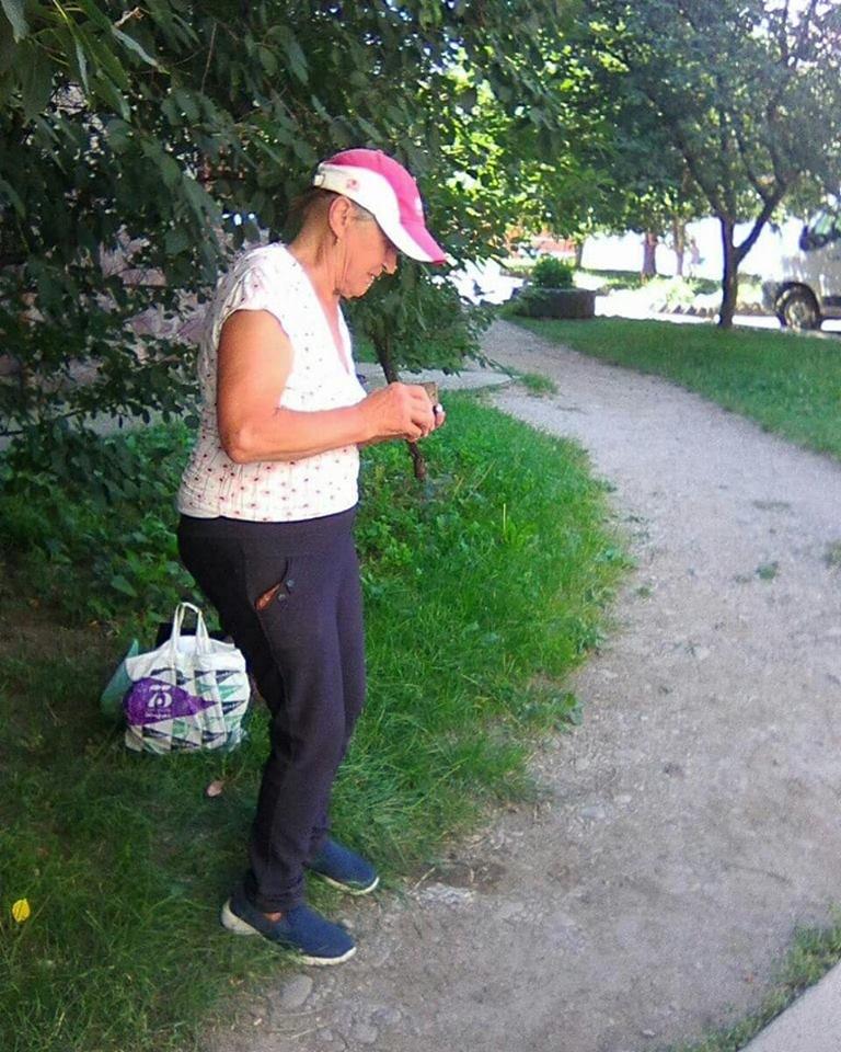 Пенсіонерка із цеглиною у Франківську нищить авто. ФОТО, фото-6