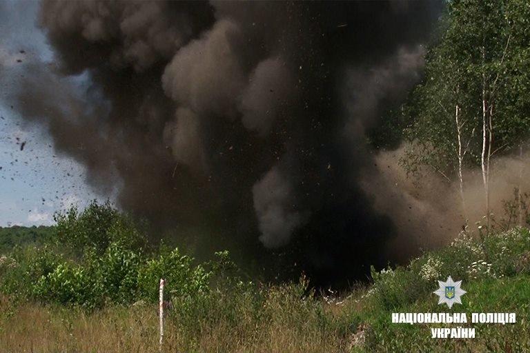 """На Прикарпатті підірвали боєприпаси, що """"поза законом"""". ФОТО, фото-1"""