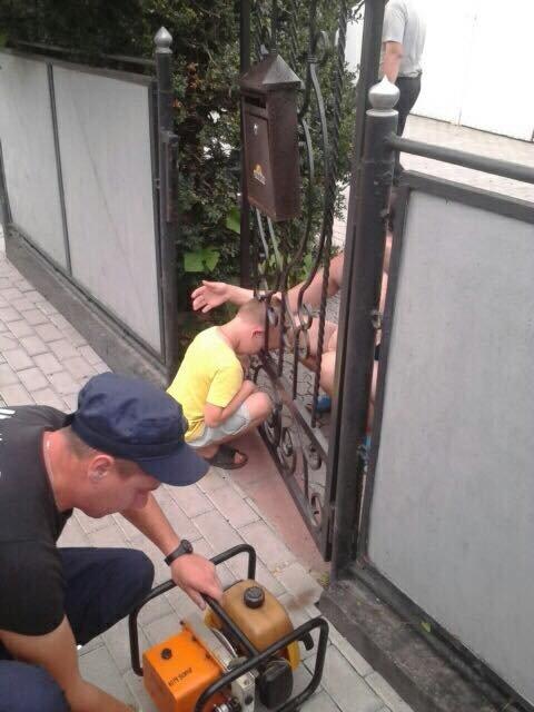 Юний прикарпатець застряг головою у воротах і подружився із рятувальниками. ФОТОФАКТ, фото-1