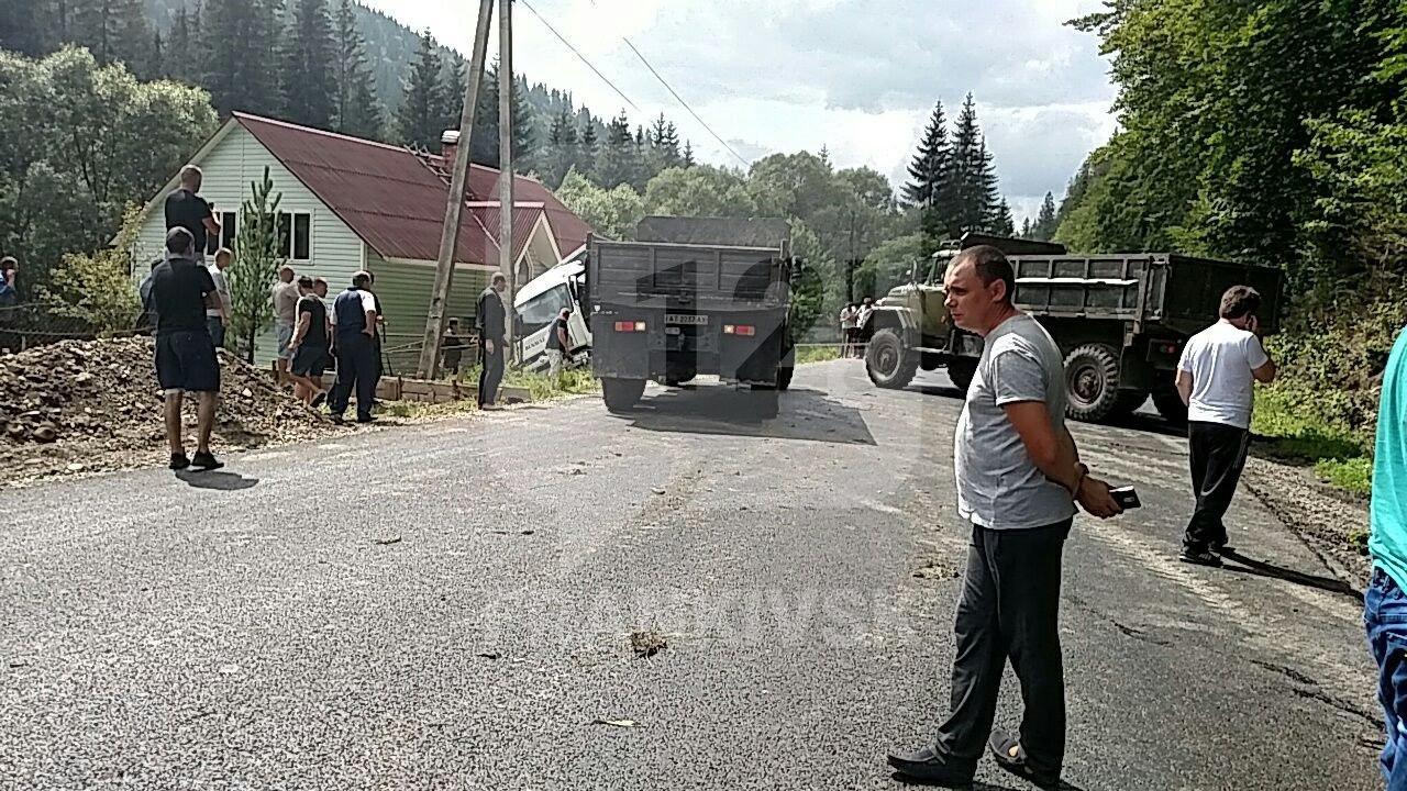 Через перевернуту вантажівку у горах перекрили дорогу. ФОТОФАКТ, фото-1