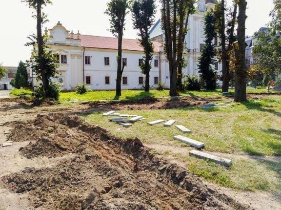 В Богородчанах облагороджують територію перед Домініканським собором. ФОТО, фото-6